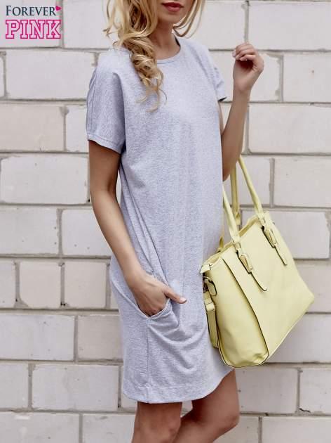 Szara sukienka dresowa z kieszeniami po bokach                                  zdj.                                  3