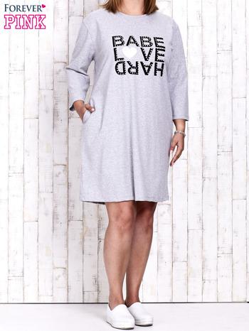 Szara sukienka dresowa z napisem BABE PLUS SIZE                                  zdj.                                  2