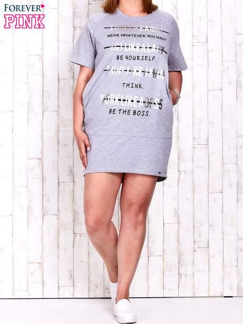 Szara sukienka dresowa z silver printem PLUS SIZE                                  zdj.                                  4