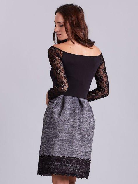 Szara sukienka z koronkową lamówką                              zdj.                              2