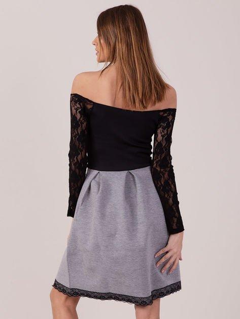 Szara sukienka z koronkowymi rękawami                              zdj.                              5
