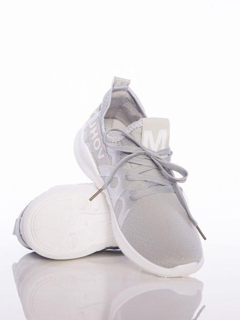 Szare ażurowe buty sportowe Rue Paris z przezroczystymi szlufkami i białymi napisami                                  zdj.                                  4
