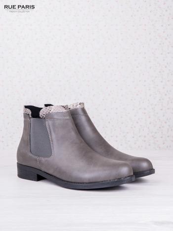 Szare botki faux leather Bella na płaskim obcasie z wężową wstawką na cholewce                                  zdj.                                  2