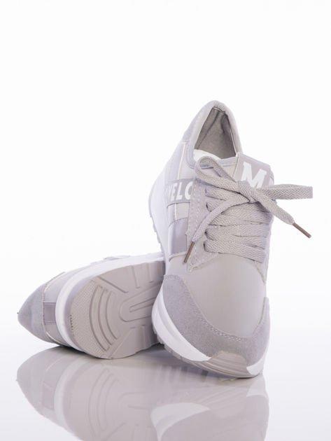 Szare buty sportowe Rue Paris na sprężystej podeszwie z ozdobnymi napisami                                  zdj.                                  4
