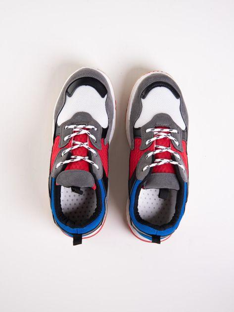 Szare buty sportowe z kolorowymi sznurówkami i czerwoną wstawka na podeszwie                              zdj.                              2