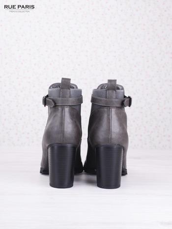Szare cieniowane botki eco leather Emma z ozdobną klamerką na słupku                                  zdj.                                  4
