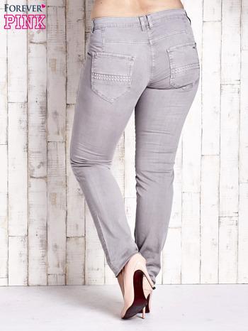 Szare dopasowane spodnie z tłoczeniami PLUS SIZE