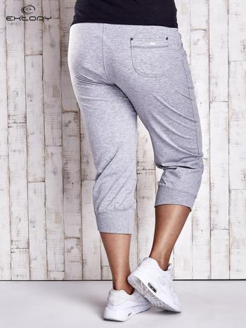 Szare dresowe spodnie capri z kieszonkami PLUS SIZE                                  zdj.                                  2