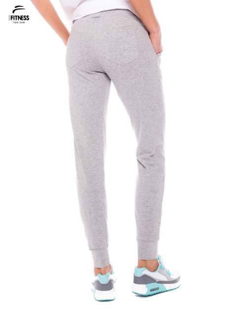 Szare dresowe spodnie damskie ze ściągaczem i błyszczącym sznurkiem                                  zdj.                                  3