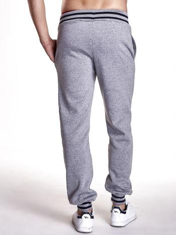Szare dresowe spodnie męskie z naszywkami i kieszeniami                                  zdj.                                  3