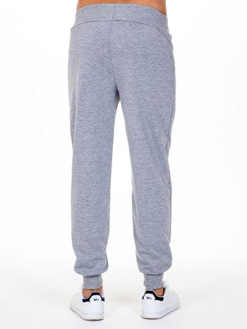 Szare dresowe spodnie męskie z trokami w pasie i kieszeniami                                  zdj.                                  4