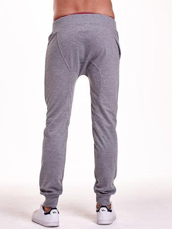 Szare gładkie spodnie męskie ze skórzanymi wstawkami                                  zdj.                                  2