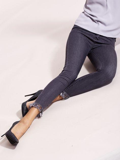 Szare jeansy z postrzępionymi nogawkami                              zdj.                              1