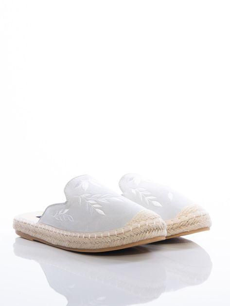 Szare klapki z ecozamszu w haftowane wzory w kształcie roślin na przodzie cholewki                              zdj.                              2