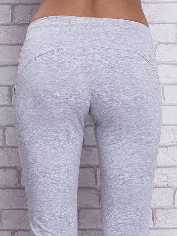 Szare melanżowe spodnie capri z bocznymi kieszeniami                                  zdj.                                  6