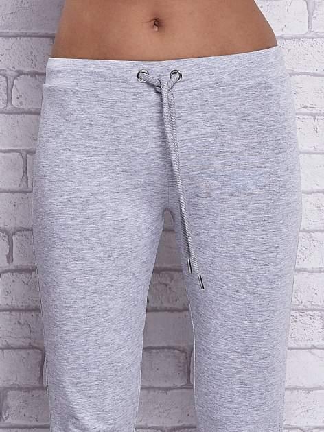 Szare melanżowe spodnie dresowe z prostą nogawką                                  zdj.                                  4