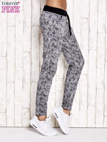 Szare ocieplane spodnie dresowe z marmurkowym nadrukiem                                  zdj.                                  2