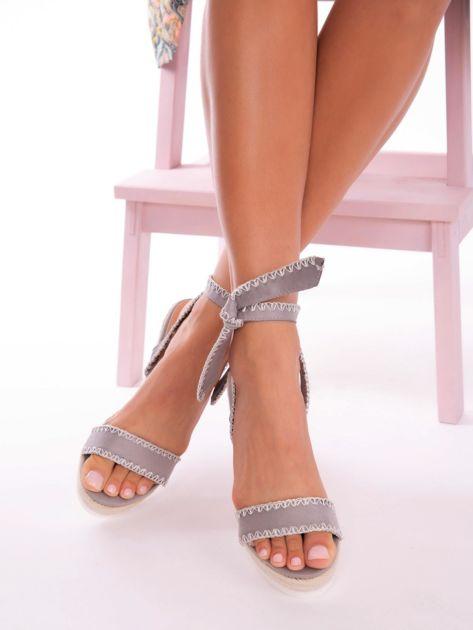 Szare sandały z eco zamszu z ozdobnymi obszyciami, wiązane na boku                               zdj.                              3