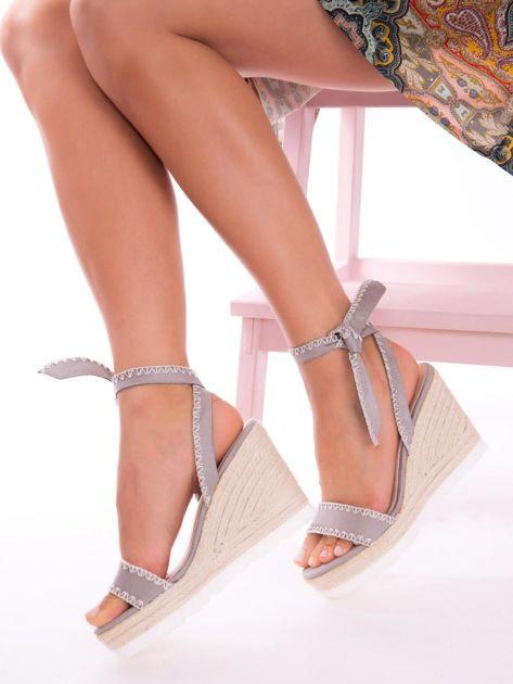 Szare sandały z eco zamszu z ozdobnymi obszyciami, wiązane na boku                               zdj.                              5