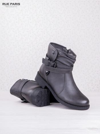 Szare skórzane botki eco leather na klocku z marszczoną cholewką i zapinanym paskiem                                  zdj.                                  3