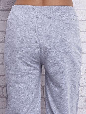Szare spodnie capri z kieszeniami na suwak                                  zdj.                                  5