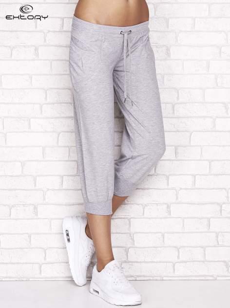 Szare spodnie dresowe capri z aplikacją przy kieszeniach                                  zdj.                                  1