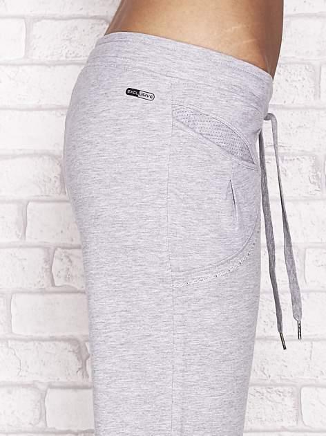 Szare spodnie dresowe capri z aplikacją przy kieszeniach                                  zdj.                                  5