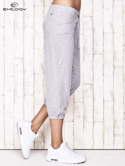Szare spodnie dresowe capri z aplikacją z dżetów                                  zdj.                                  2