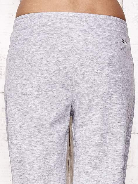Szare spodnie dresowe capri z aplikacją z dżetów                                  zdj.                                  6