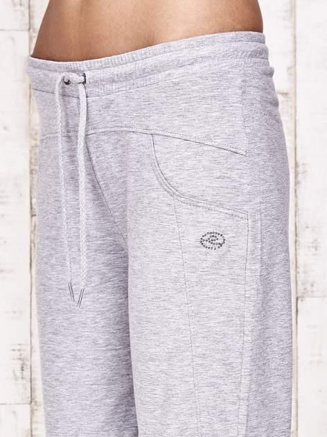 Szare spodnie dresowe capri z aplikacją z dżetów                                  zdj.                                  7