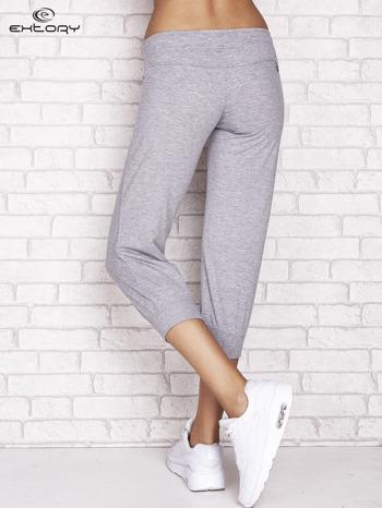 Szare spodnie dresowe capri z dżetami i troczkiem                                  zdj.                                  2