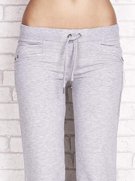 Szare spodnie dresowe capri z dżetami na kieszeniach                                  zdj.                                  4