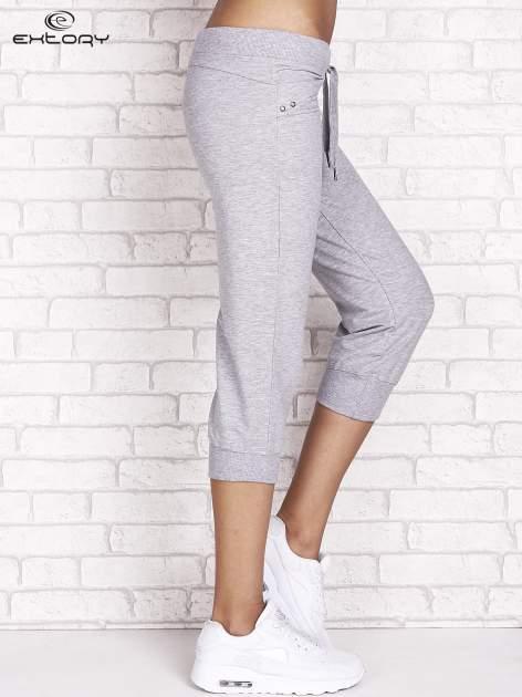 Szare spodnie dresowe capri z dżetami na kieszeniach                                  zdj.                                  3