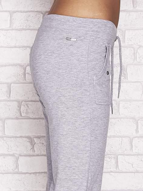 Szare spodnie dresowe capri z napami                                  zdj.                                  5