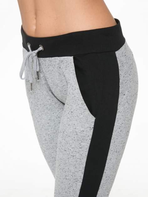 Szare spodnie dresowe damskie z kontrastowymi lampasami po bokach                                  zdj.                                  7