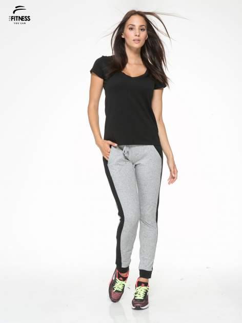 Szare spodnie dresowe damskie z kontrastowymi lampasami po bokach                                  zdj.                                  5