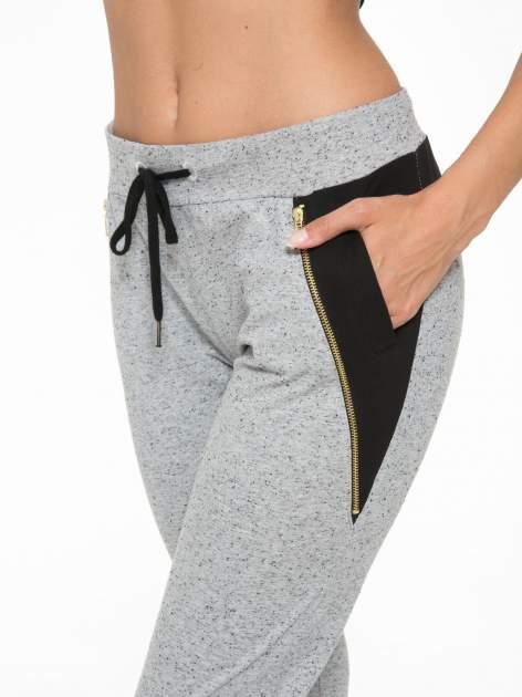 Szare spodnie dresowe damskie z suwakiem i kontrastowymi wstawkami po bokach                                  zdj.                                  8