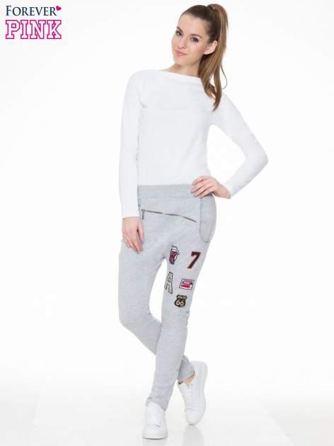 Szare spodnie dresowe typu baggy z naszywkami                                  zdj.                                  2