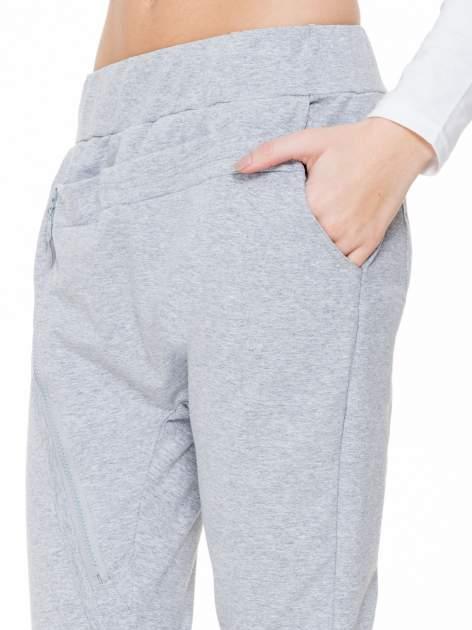 Szare spodnie dresowe typu baggy z ozdobnym zamkiem                                  zdj.                                  5