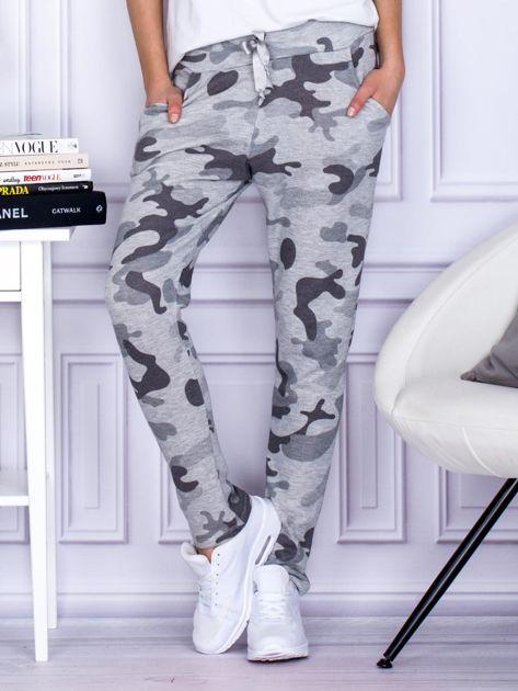Szare spodnie dresowe we wzór moro                                   zdj.                                  1