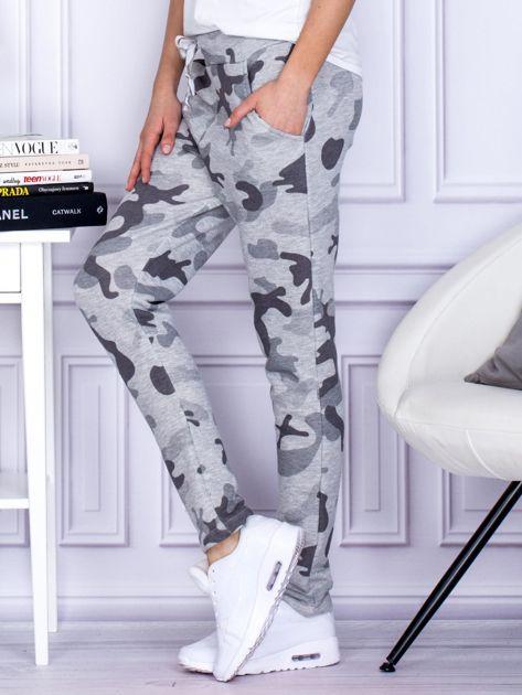 Szare spodnie dresowe we wzór moro                                   zdj.                                  3