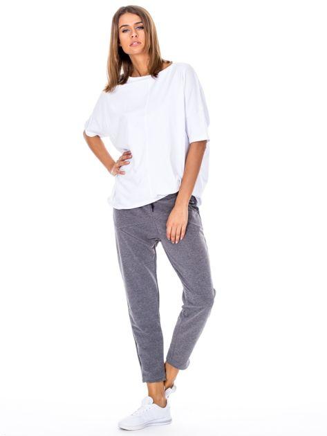 Szare spodnie dresowe z asymetrycznymi przeszyciami                              zdj.                              4