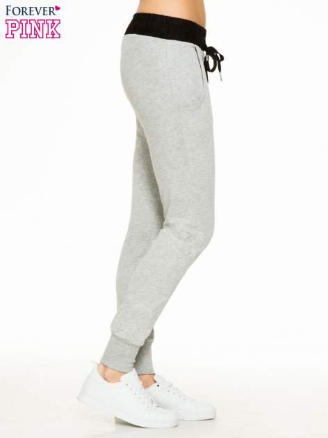 Szare spodnie dresowe z elastycznym kontrastowym pasem                                  zdj.                                  3