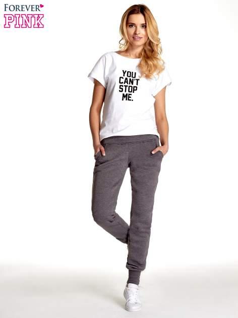 Szare spodnie dresowe z guziczkami przy ściągaczu                                  zdj.                                  2