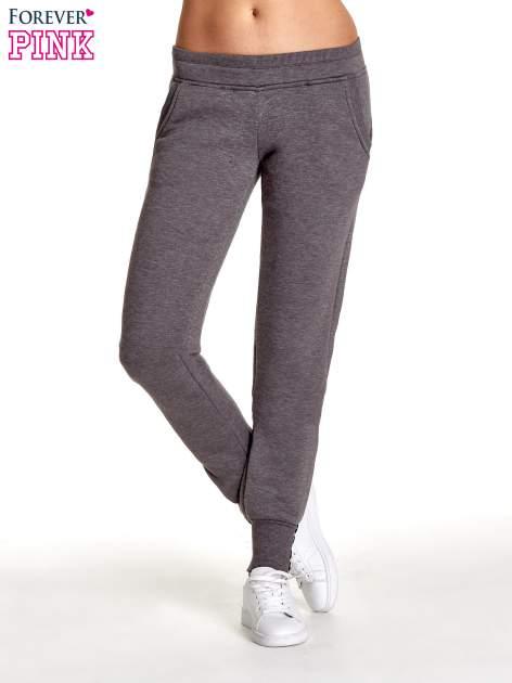 Szare spodnie dresowe z guziczkami przy ściągaczu                                  zdj.                                  1