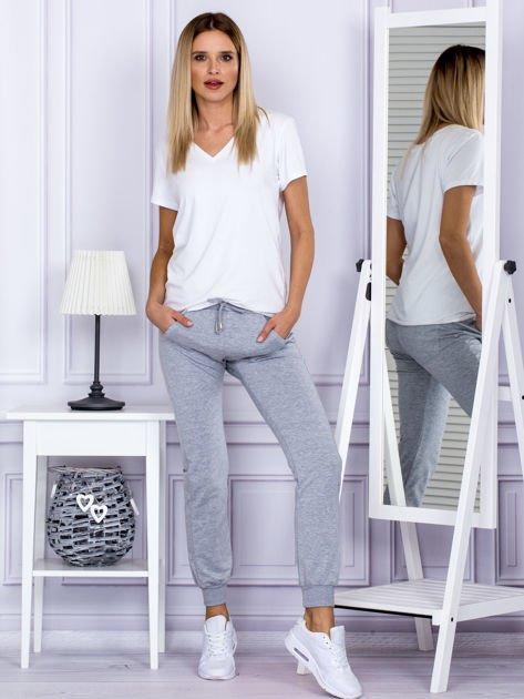Szare spodnie dresowe z kieszonką z przodu                              zdj.                              4