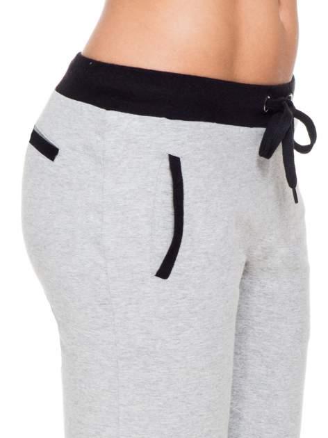 Szare spodnie dresowe z kontrastowym pasem i kieszeniami                                  zdj.                                  5