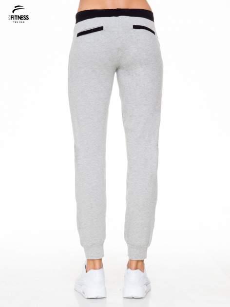 Szare spodnie dresowe z kontrastowym pasem i kieszeniami                                  zdj.                                  2