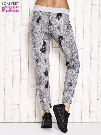 Szare spodnie dresowe z motywem skóry węża i brokatową aplikacją                                  zdj.                                  2