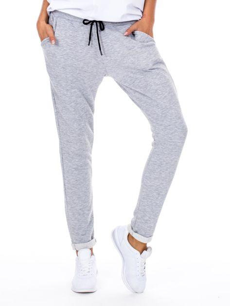Szare spodnie dresowe z podwijanymi nogawkami                              zdj.                              1